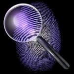 Investigazioni private simboleggiate da una lente di ingrandimento e un'impronta digitale