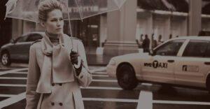 donna con ombrello fotografata da investigatore privato napoli