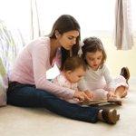 investigatore:babay-sitter mentre legge a due bambini