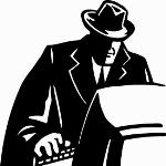 investigatore privato mentre utilizza un pc