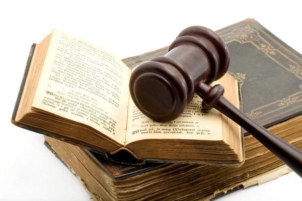 investigazioni private - investigatore privato : codice civile e martelletto da giudice