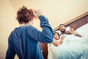 investigatore privato napoli: due amanti che vengono scoperti a letto dal marito di lei