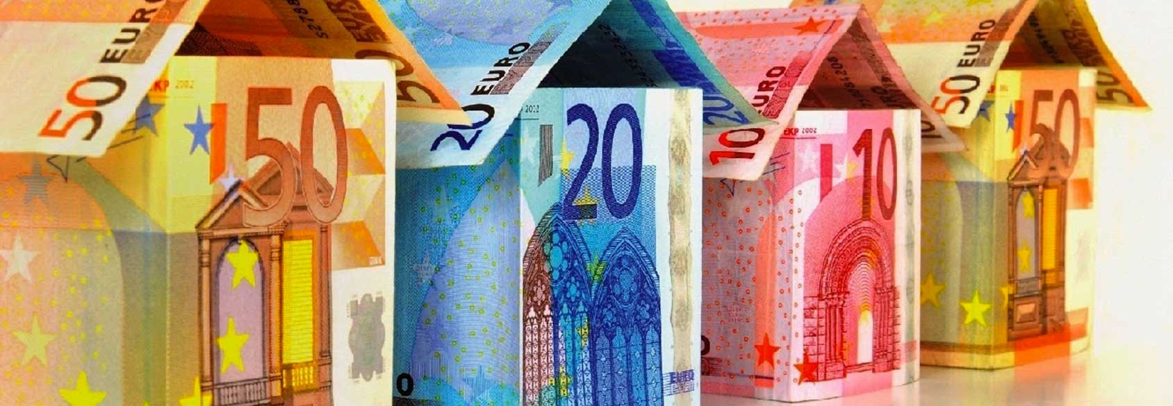 Investigatore indagni patrimoniali, immagine rappresente casette costruite con banconote